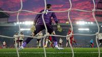 Bek Liverpool, Virgil Van Dijk, (kanan) mencetak gol pertama untuk timnya ke gawang Manchester United (MU) untuk mencetak gol pada lanjutan pertandingan Liga Inggris di Anfield, Minggu (19/1/2020). Menghadapi tamunya MU di Anfield, Liverpool menang dengan skor 2-0. (AP/Jon Super)