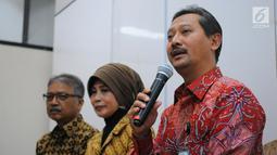 Direktur Jenderal Pelayanan Kesehatan Kemenkes Bambang Wibowo  memberikan keterangan di Jakarta, Selasa (7/5). Selama mengurus akreditasi, Rumah Sakit harus tetap melayani pasien. (Liputan6.com/Angga Yuniar)