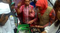 Menteri Sosial Khofifah Indar Parawansa memborong batu akik di Bogor. (Liputan6.com/Bima Firmansyah)