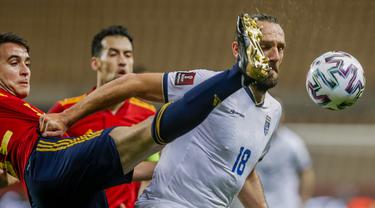 Striker Kosovo, Vedat Muriqi (kanan) berebut bola dengan gelandang Spanyol, Eric Garcia dalam laga lanjutan Kualifikasi Piala Dunia 2022 Zona Eropa Grup B di La Cartuja Stadium, Sevilla, Rabu (31/3/2021). Kosovo kalah 1-3 dari Spanyol. (AP/Miguel Angel Morenatti)