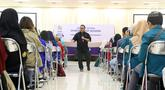 Redpel Liputan6.com Gabriel Abdi Susanto menjadi pembicara dalam Emtek Goes To Campus di kampus UGM, Yogyakarta, Selasa (16/10). EGTC 2018 juga menghadirkan kompetisi news presenter, inspiring sharing dan entertainment talk. (Liputan6.com/Herman Zakharia)