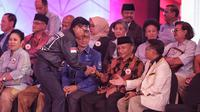 Politisi Partai Nasdem Johnny G Plate bersalaman dengan Ketua Dewan Kehormatan PAN, Amien Rais dan Presiden PKS, Sohibul Iman sebelum Debat Capres Cawapres 2019 di Hotel Bidakara, Jakarta, Kamis (17/1). (Liputan6.com/Faizal Fanani)