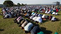 Ratusan umat muslim melaksanakan melaksanakan salat Idul Adha di Taman Bensonhurst di wilayah Brooklyn di New York (1/9). Umat Muslim di seluruh dunia merayakan Hari RayaIdul Adha. (AP Photo / Mark Lennihan)