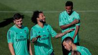 Bek Real Madrid Marcelo (dua kiri) bercanda dengan rekan-rekannya saat berlatih di kompleks latihan Valdebebas, Madrid, Spanyol, Senin (30/9/2019). Real Madrid bersiap jelang menjamu Club Brugge dalam laga Liga Champions. (AP Photo/Bernat Armangue)