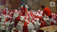 Pekerja mengemas paket bansos di Gudang Food Station Cipinang, Jakarta, Rabu (22/4/2020). Pemerintah menyalurkan paket bansos sebesar Rp 600 ribu per bulan selama tiga bulan untuk mencegah warga mudik dan meningkatkan daya beli selama masa pandemi COVID-19. (Liputan6.com/Immanuel Antonius)