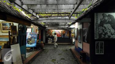 Seorang pengunjung melintas di area Pasar Seni Ancol, Jakarta, Rabu (9/11). Di era 1980-1995, Pasar Seni Ancol pernah menjadi tempat pertemuan yang hangat antara para pekerja seni, perajin, dan para penikmatnya. (Liputan6.com/Helmi Fithriansyah)