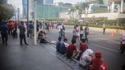 Warga berolahraga saat car free day (CFD) di kawasan Bundaran HI, Jakarta, Minggu (17/11/2019). Tidak adanya PKL membuat kawasan Bundaran HI tampak bersih dan rapi. (Liputan6.com/Faizal Fanani)