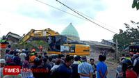 Evakuasi Korban di Masjid Jamik baru dilakukan dengan alat berat. (TIMES Indonesia/Abdul Muis)