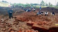 Penggalian situs peninggalan pra Majapahit yang ditemukan di lokasi proyek Tol Malang - Pandaan (Liputan6.com/Zainul Arifin)
