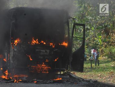 Bus Pariwisata Habis Dilalap Api di Tol Jagorawi