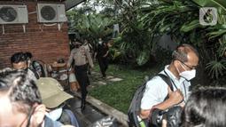 Penyidik KPK dikawal polisi saat menggeledah kediaman politisi PDIP Ihsan Yunus di kawasan Kayu Putih, Pulogadung, Jakarta, Rabu (24/2/2021). Penggeledahan terkait kasus korupsi bantuan sosial (Bansos) Covid-19 yang melibatkan mantan Menteri Sosial Juliari Batubara. (merdeka.com/Iqbal S. Nugroho)