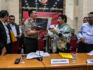 Kadiv Humas Mabes Polri Irjen M Iqbal (tengah) bersama tim pakar kasus Novel Baswedan saat konferensi pers di Mabes Polri, Jakarta, Rabu (17/7/2019). TGPF menduga kuat teror air keras kepada penyidik senior KPK tersebut dipicu oleh kasus-kasus yang sebelumnya ditangani. (Liputan6.com/Faizal Fanani)