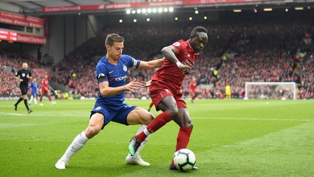 Winger Liverpool, Sadio Mane (kanan), mendapat kawalan ketat dari bek Chelsea, Cesar Azpilicueta dalam pertandingan Liga Inggris di Anfield