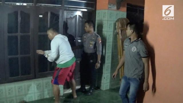 Seorang pria menghabisi nyawanya sendiri dengan cara gantung diri di dalam rumah.