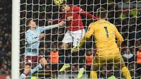Victor Lindelof mencetak gol untuk Manchester United pada laga melawan Aston Villa. (AFP/Oli Scarff)