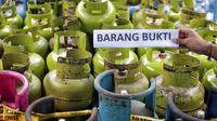 Barang bukti tabung gas oplosan di Cipayung, Jakarta, Selasa (22/1). Polda Metro Jaya menyita 1.200 tabung LPG ukuran 3 Kg, 242 ukuran 12 Kg, 14 selang pipa besi regulator pemindah isi gas dan 1 kantong segel tabung gas. (Liputan6.com/Faizal Fanani)