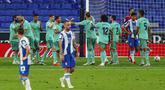 Para pemain Real Madrid merayakan gol yang dicetak oleh Casemiro ke gawang Espanyol pada laga La Liga di Stadion Cornella-El Prat, Minggu (28/6/2020). Real Madrid menang 1-0 atas Espanyol. (AP/Joan Monfort)
