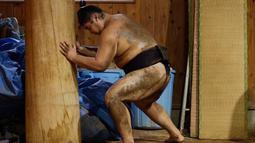 Pegulat sumo berlatih dengan tiang kayu di Musashigawa Sumo Stable di Beppu, Jepang, Jumat (18/10/2019). Sumo adalah olahraga tradisional Jepang. (AP Photo/Aaron Favila)