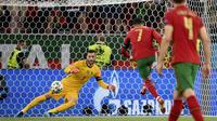 Cristiano Ronaldo mencetak gol pembuka bagi timnya lewat tendangan pinalti ketika pertandingan Grup F Euro 2020 antara Portugal melawan Prancis yang berlangsung di Puskas Arena, Budapest, Hungaria pada Rabu (23/06/2021). (AP/Pool/Franc Fife)