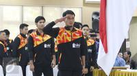 Atlet bulu tangkis memberikan penghormatan kepada bendera Merah Putih saat upacara pelepasan tim Piala Sudirman 2017 di Cipayung, Jakarta, Sabtu (6/5). (Liputan6.com/Angga Yuniar)