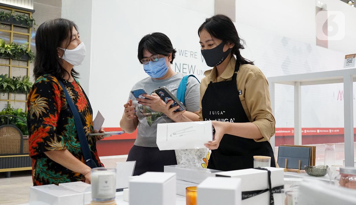 Pengunjung melihat produk dengan konsep IUIGA Retail+ di Mall of Indonesia, Jakarta. Konsep IUIGA Retail+ mengedukasi konsumen untuk dapat beradaptasi selama pandemi Covid-19 dengan menerapkan protokol kesehatan. (Liputan6.com/Pool)