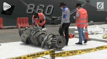 Komite Nasional Keselamatan Transportasi memeriksa turbin dan serpihan pesawat Lion Air JT 610, di Dermaga JICT, Tanjung Priok, Jakarta Utara, Minggu siang.