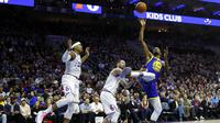 Pemain Golden State Warriors, Kevin Durant (kanan) saat melawan Philadelphia 76ers (AP Photo/Matt Slocum)