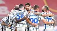Para pemain Inter Milan merayakan gol yang dicetak oleh Danilo D'ambrosio ke gawang Genoa pada laga Liga Italia di Stadion Luigi Ferraris, Minggu (25/10/2020). Inter Milan menang dengan skor 2-0. (Tano Pecoraro/LaPresse via AP)