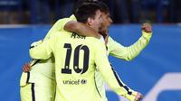 Pemain Barcelona Neymar bersama Messi melakukan selebrasi setelah mencetak gol ke gawang Atletico Madrid (Reuters)