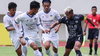 Kapten PSG Pati Zulham Zamrun harus dikawal tiga pemain PSIM saat laga yang berakhir 2-0 di Stadion Manahan Solo, Selasa (19/10/2021). (Bola.com/Gatot Susetyo)