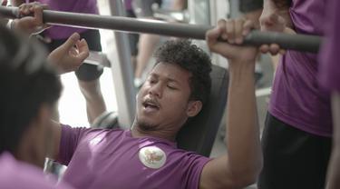 Bek Timnas Indonesia U-19, Bagas Kaffa, sedang menguatkan otot.