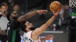 Pebasket Boston Celtics, Jaylen Brown, berebut bola dengan pebasket Toronto Raptors, Fred VanVleet, pada semifinal playoff Wilayah Timur NBA, Rabu (2/9/2020). Celtics menang dengan skor 102-99. (AP Photo/Mark J. Terrill)