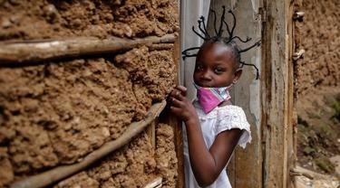 Jane Mbone (7) setelah rambutnya ditata dengan model yang terinsprasi dari corona Covid-19 oleh Mama Brayo Beauty Salon di daerah kumuh Kibera, Nairobi, 3 Mei 2020. Corona telah menghidupkan kembali gaya rambut di Afrika Timur yang memiliki lonjakan kepang bentuk khas virus. (AP/Brian Inganga, File)