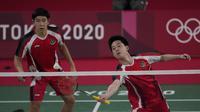 Pasangan Indonesia, Marcus Fernaldi Gideon/Kevin Sanjaya Sukamuljo menang dua gim langsung atas wakil Inggris, Ben Lane/Sean Vendy 21-15 dan 21-11 dalam laga fase grup bulu tangkis nomor ganda putra Olimpiade Tokyo 2020, Sabtu (24/7/2021). (Foto: AP/Dita