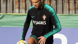 Penyerang Portugal, Cristiano Ronaldo menjuggling bola saat mengikuti latihan tim di Vilnius, Lithuania (9/9/2019). Portugal akan bertanding melawan Lithuania pada grup B Kualifikasi Euro 2020. (AFP Photo/Petras Malukas)