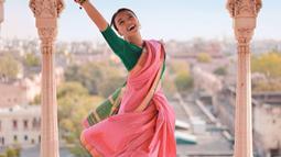 Begini gaya Nadia saat menari layaknya film Bollywood di City Palace, Jaipur. Kecantikan wanita pemain ' Akibat Pernikahan Dini' ini sukses bikin jantung netizen berdebar. Tak hanya pakaian, muali dari gaya rambut dan aksesoris semuanya menyempurnakan penampilannya.(Liputan6.com/IG/@nadiasoekarno)