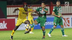 Pemain Bhayangkara FC, Herman Dzumafo (kiri) berebut bola dengan M Roby (PSMS) pada lanjutan Go-Jek Liga 1 Indonesia bersama Bukalapak di Stadion PTIK, Jakarta, Jumat (3/8). Babak pertama Bhayangkara unggul 2-0. (Liputan6.com/Helmi Fithriansyah)