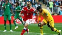 Pemain Rusia Denis Cheryshev berselebrasi usai mencetak gol ke gawang Arab Saudi dalam pertandingan pembuka grup A Piala Dunia 2018 di Stadion Luzhniki di Moskow, Rusia, (14/6). Rusia menang telak 5-0 atas Arab Saudi. (AP Photo/Matthias Schrader)