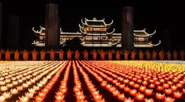 Biksuni Buddha berdoa saat upacara jelang perayaan Hari Waisak di Pagoda Tam Chuc, Provinsi Ha Nam, Vietnam, Senin (13/5/2019). Sebanyak 40 ribu lentera dinyalakan dalam acara ini. (Nhac NGUYEN/AFP)