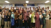 Kepala kantor Perwakilan Ekonomi dan Perdagangan Taiwan di Indonesia (Taipei Economic and Trade Office) John Chen berfoto bersama para penerima beasiswa (TETO Indonesia)