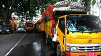 Barisan truk sampah menunggu dibukanya kembali TPA Galuga, Kabupaten Bogor, Jawa Barat. (Liputan6.com/Achmad Sudarno)