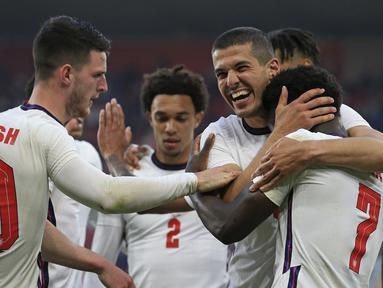 Para pemain Inggris merayakan gol ke gawang Austria yang dicetak striker Bukayo Saka (kedua dari kanan) dalam laga uji coba menjelang berlangsungnya Euro 2020 di Riverside Stadium, Middlesbrough, Rabu (2/6/2021). Inggris menang 1-0 atas Austria. (AP/Lindsey Parnaby/Pool)