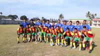 Tim DIT FC asuhan Mial Balebata Armand ketika beruji coba menghadapi Lalenok United. (Bola.com/Abdi Satria)