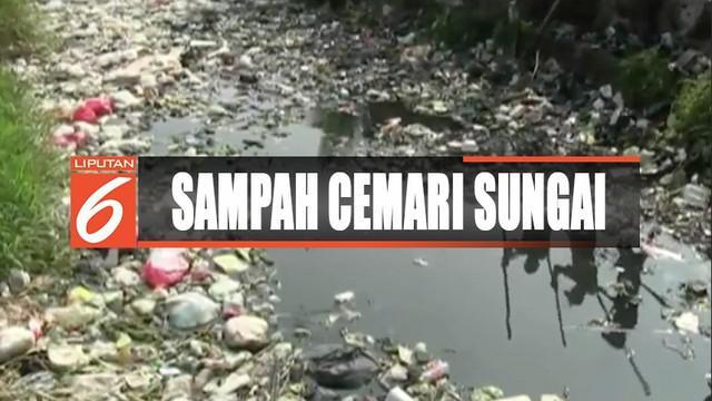 Sejumlah aktivis dan relawan temukan sampah popok bayi di Sungai Brantas, Gresik, Jawa Timur.