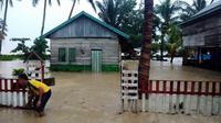 Banjir bandang di Desa Kulisusu Utara, Kabupaten Buton Utara, Sulawesi Tenggara, mengakibatkan dua rumah hanyut hingga ke laut. (Liputan6.com/Ahmad Akbar Fua)