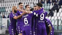 Para pemain Fiorentina merayakan gol yang dicetak oleh Dusan Vlahovic ke gawang Juventus pada laga Liga Italia di Turin, Rabu (23/12/2020). Fiorentina menang dengan skor 0-3. (Fabio Ferrari/LaPresse via AP)