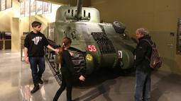 Pengunjung melihat tank Perang Dunia 2 dalam pameran di Museum Perang Dunia 2 di Gdansk, Polandia, (23/1). Museum ini satu-satunya yang merekam sejarah Polandia saat Perang Dunia II. (AP/Czarek Sokolowski)