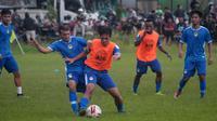 Sesi latihan perdana PSIM di lapangan Tamanan, Bantul, Senin (3/2/2020). (Bola.com/Vincentius Atmaja)