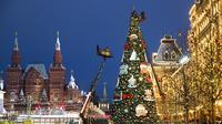 Petugas kota dengan crane mendirikan pohon Natal di Lapangan Merah, dengan Museum Sejarah, kiri, dan GUM State Department Store (kanan) di latar belakang, Moskow, Rusia, Senin (23/11/2020). Total kasus COVID-19 di Rusia saat ini telah mencapai lebih dari 2,1 juta. (AP Photo/Pavel Golovkin)