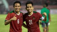 Evan Dimas dan Andik Vermansah setelah menjalani laga Timnas Indonesia melawan Malaysia. (Bola.com/Vitalis Yogi Trisna)